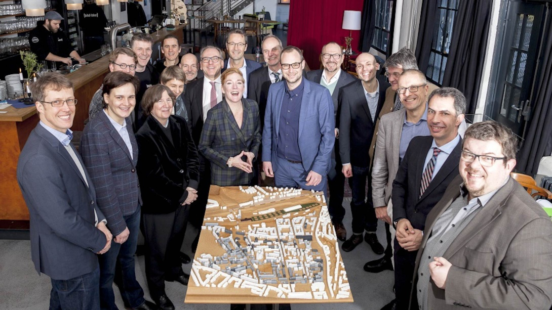Photo of Dr. Lorberg, Dr. Simon, Prof. Voss, Louise Holloway, Claudio Montero and many more standing around a module of Wuppertal.